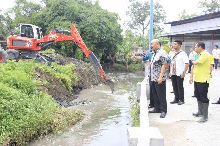 Atasi Banjir, Wali Kota Pimpin Pengerukan Sungai Selayang